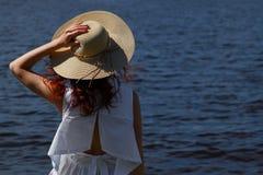 Żeńska osoba w sukni outdoors i kapeluszu, tylny widok Obrazy Stock