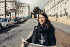 Żeńska podróżnika czytania i mienia turystyczna mapa zdjęcia royalty free
