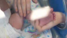 Żeńska ręka dotyka nogę nowonarodzony dziecko zbiory wideo