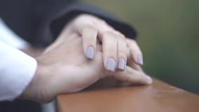 Żeńska ręka kłaść przy ręką męski zbliżenie kobiety i samiec ręki zdjęcie wideo