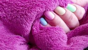 Żeńska ręka, manicure, futerkowa elegancja zbiory
