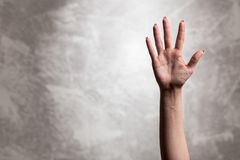 Żeńska ręka na ciemnym tle Fotografia Royalty Free