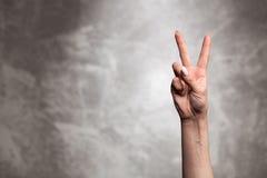 Żeńska ręka na ciemnym tle Zdjęcie Royalty Free