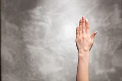 Żeńska ręka na ciemnym tle Zdjęcie Stock