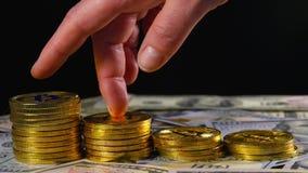 Żeńska ręka na złocistych monet bitcoins stawia narastającego przyrosta, oszczędzanie pieniądze Pojęcie wirtualny pieniądze Crypt zbiory wideo
