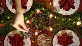 Żeńska ręka nalewa confetti na boże narodzenie stole zdjęcie wideo