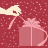 Żeńska ręka otwiera prezent Zdjęcia Stock