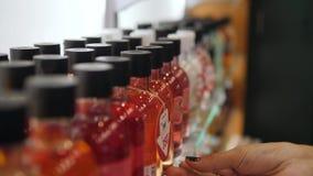 Żeńska ręka Sprawdza ceny sprzedaży etykietkę i Wybiera Etycznego szamponu Gel w kosmetyka sklepie 4k, zakończenie up zbiory wideo
