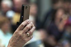 Żeńska ręka trzyma mądrze telefon zdjęcie stock