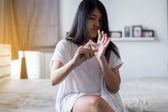 Żeńska ręka trzyma medycynę, kobiet ręki z pigułkami na rozlewać pigułki ale no bierze medycyny, emocjonalny twarzy wyrażenie Zdjęcia Stock