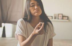Żeńska ręka trzyma medycynę, kobiet ręki z pigułkami na rozlewać pigułki ale no bierze medycyny, emocjonalny twarzy wyrażenie Fotografia Stock