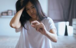 Żeńska ręka trzyma medycynę, kobiet ręki z pigułkami na rozlewać pigułki ale no bierze medycyny, emocjonalny twarzy wyrażenie Fotografia Royalty Free
