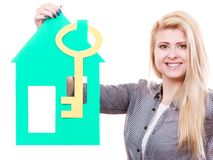 Żeńska ręka trzyma zielonego domu modela Zdjęcia Royalty Free