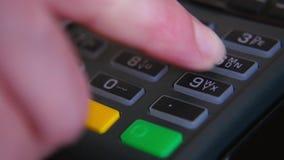 Żeńska ręka z bank kartą używać terminal dla zapłaty Pojęcie bezgotówkowa zapłata zdjęcie wideo