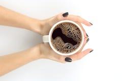 Żeńska ręka z filiżanką czarna kawa na białym stołowym wierzchołku Obrazy Stock