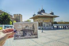 Żeńska ręka z pocztówką przedstawia fontannę sułtan Ahmed III Obrazy Royalty Free