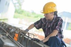 Żeńska robotnik praca na centrum miasta budowie Obrazy Royalty Free