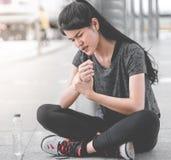 Żeńska sport kobieta ma uraz na jej nadgarstku fotografia stock