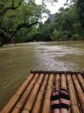 żeńska stopa na bambusowej tratwie Fotografia Stock