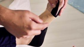 Żeńska stopa z physio taśmą zbiory wideo