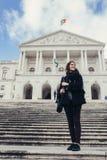 Żeńska turystyczna pozycja przed parlamentem Portugalia, zgromadzenie republika obrazy royalty free