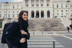 Żeńska turystyczna pozycja przed parlamentem Portugalia, zgromadzenie republika obraz stock