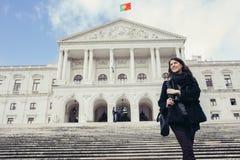 Żeńska turystyczna pozycja przed parlamentem Portugalia, zgromadzenie republika zdjęcia stock