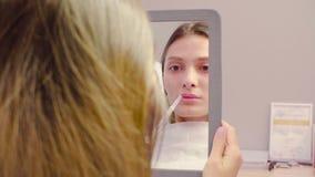 Żeńska twarz w lustrze patrzeje jej wargi zdjęcie wideo