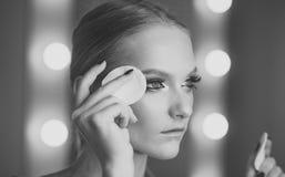 Żeńska twarz Zagadnienia wpływa dziewczyny Kobiety use bawełniany ochraniacz dla czyści twarzy skóry Kobieta usuwa makeup z baweł Zdjęcie Stock