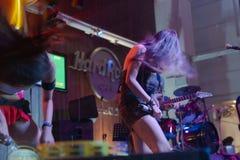 Żeńska wykonawcy hard rock kawiarnia zdjęcie royalty free