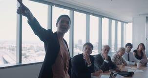 Żeńska wykonawcza daje prezentacja koledzy zbiory wideo