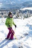 żeńska wzgórza narciarki pozycja Zdjęcia Stock