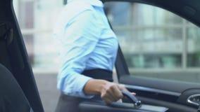 Żeński adwokat dostaje z samochodu i odprowadzenia biuro, ruchliwie biznesowa osoba zbiory wideo