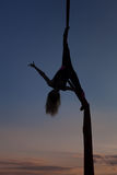 Żeński akrobata na poltnakh w niebie obraz stock