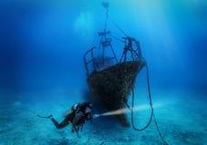 Żeński akwalungu nurek bada zapadniętego shipwreck obraz royalty free