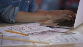 Żeński architekt pisać na maszynie na laptopie i uzupełnia mieszkanie układ, zawód zbiory wideo