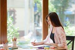 Żeński artysty obsiadanie, mienie ołówek, obraz zdjęcie royalty free