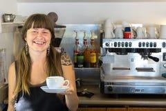 Żeński barista trzyma cappuccino fotografia royalty free