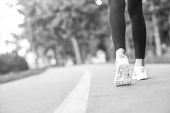 Żeński biegacz jogging w lesie obraz royalty free