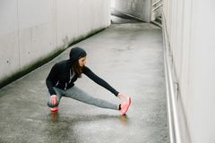 Żeński biegacza rozciąganie iść na piechotę outside wygrany zimę fotografia royalty free