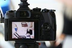 Żeński Blogger Reklamuje Makeup piękna produkt zdjęcie stock