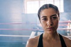 Żeński bokser przy bokserskim studiiem zdjęcia stock