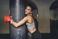 Żeński bokser z uderzać pięścią torbę obrazy royalty free