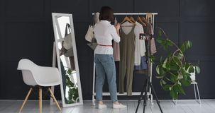 Żeński butika właściciel vlogging o nowej sukni i akcesorium zdjęcie wideo