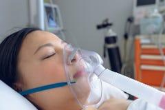 Żeński cierpliwy odpoczywać w łóżku w oddziale przy szpitalem obraz royalty free