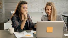 Żeński copywriter wyjaśnia nową koncepcję bizneswoman w biurze kreatywnie agencja zbiory wideo