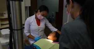 Żeński dentysta oddziała wzajemnie z pacjentem 4k zbiory wideo