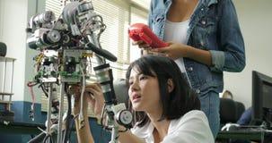 Żeński elektronika inżyniera budynek, testowanie, naprawianie robotyka w laboratorium zdjęcie wideo