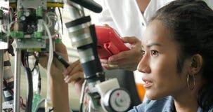 Żeński elektronika inżyniera budynek, testowanie, naprawianie robotyka w laboratorium zbiory wideo