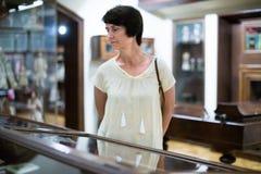 Żeński emeryt odwiedza wystawę w muzeum narodowym Obraz Royalty Free